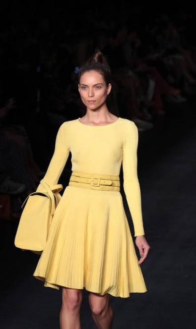 Com uma paleta de cores nada óbvia para o inverno, a Sacada deu destaque a looks em amarelo, azul e laranja Monica Imbuzeiro / O Globo
