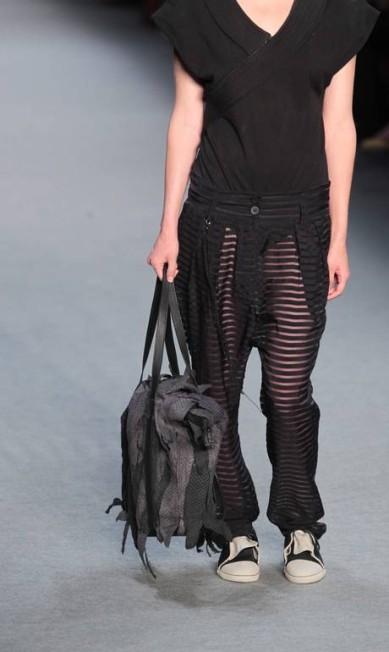 A mochila em formato de saco e o sapato de feltro masculino também chamaram a atenção Monica Imbuzeiro / O Globo