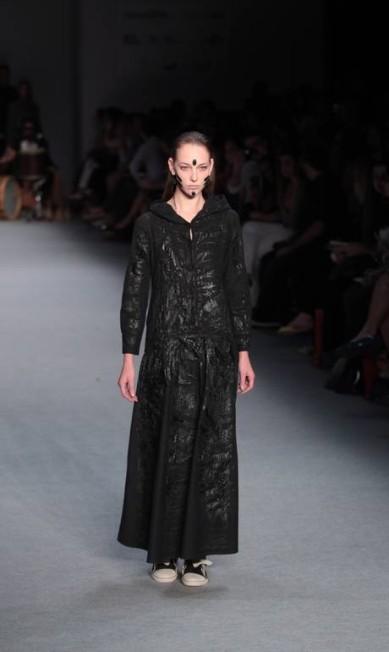 O coletivo OEstudio abriu os trabalhos do segundo dia do Fashion Rio Inverno 2013 Monica Imbuzeiro / O Globo