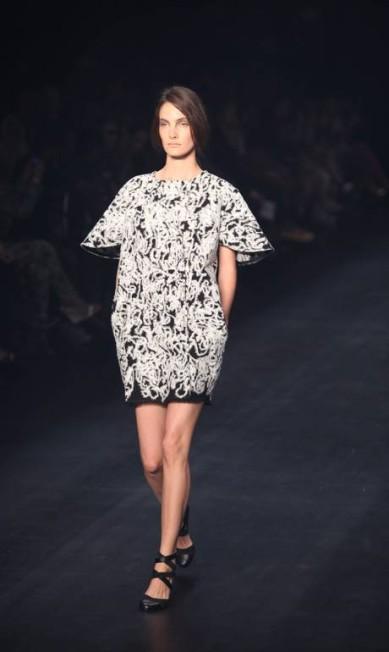 A estilista fez um desfile inteiro em preto e branco Fabio Rossi