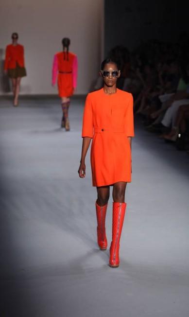Os cortes retos, típícos dos anos 1960, derão o tom para alguns vestidos de cores bem vibrantes, combinados com botas de cano até os joelhos. Fabio Rossi/Agência O Globo