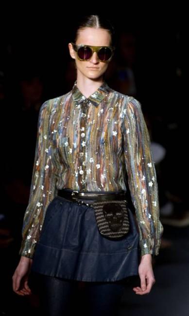 O jeans e as indefectíveis caveiras, marcas do estilistas, tiveram seus lugares garantidos na coleção. ANTONIO SCORZA / Antonio Scorza/AFP