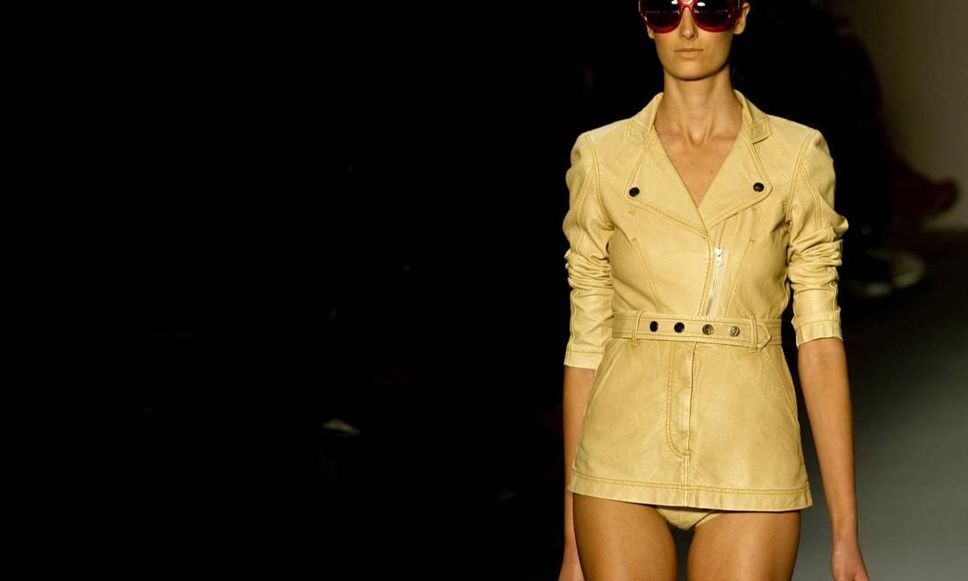 Alexandre Herchcovitch apresentou um mix de referências na sua coleção para o inverno 2013. Um dos destaques foram as jaquetas acinturadas, em tons crus ANTONIO SCORZA / AFP/Antonio Scorza