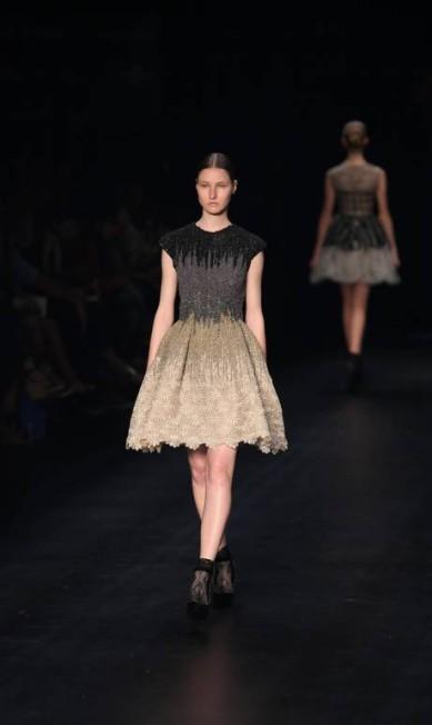 As saias dos vestidos apareceram também com bastante volume e um pouco acima do joelho Fabio Rossi