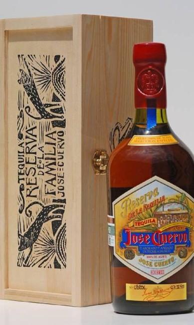 Para comemorar os 200 anos da Jose Cuervo, a empresa lançou a primeira edição da Reserva de La Familia, sua tequila premium. Joel Rendón criou a arte da caixa. Reprodução