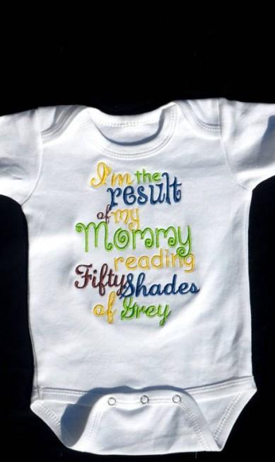 """Este modelo é para as mães que querem declarar que o livro ajudou na concepção do filho: """"Eu sou o resultado da leitura de minha mãe de Cinquenta Tons de Cinza"""" Reprodução Etsy"""