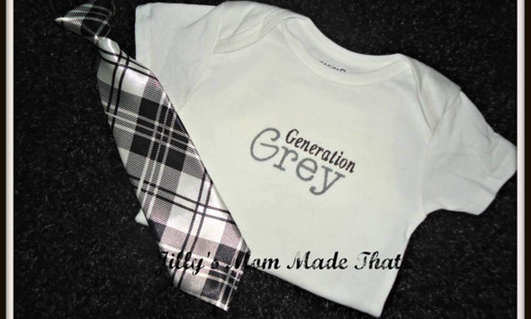"""O body """"Geração Grey"""" vem acompanhado de gravatinha, numa referência à capa do livro Reprodução Etsy"""