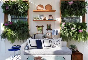 Na sala. No projeto de Anna Luiza Rothier, elas enchem dois pequenos jardins Foto: Terceiro / Divulgação