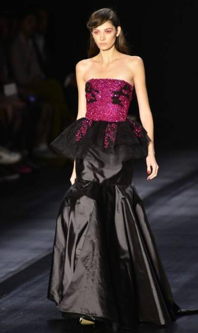 O estilista explorou diversos comprimentos e apresentou vestidos de festa midi e longos Reinaldo Marques/free lancer / Reinaldo Marques / O Globo
