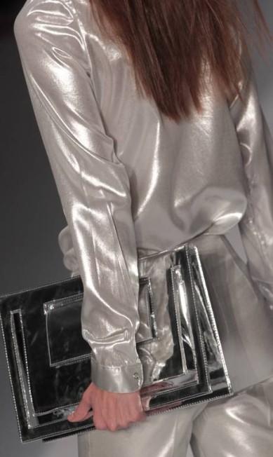 Acessórios metalizados acompanhando looks brilhosos deram luxo ao inverno do estilista Eliaria Andrade / Eliária Andrade / O Globo