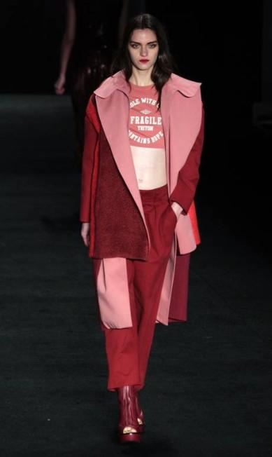 A grife apostou numa modelagem anos 80, com calças largas e blazers quadrados Eliaria Andrade / Eliária Andrade / Agência O Globo