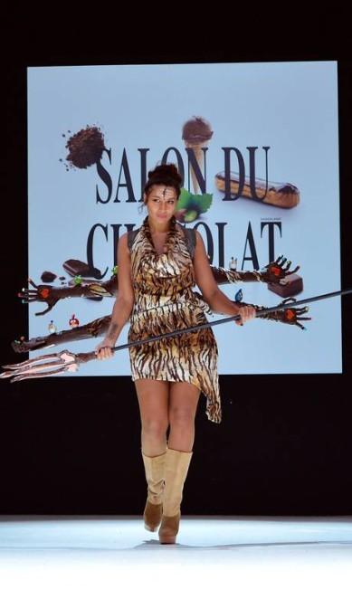 O modelo da apresentadora de TV francesa Maeva Schublin parece ter chocolate apenas no esplendor MIGUEL MEDINA / AFP PHOTO / MIGUEL MEDINA