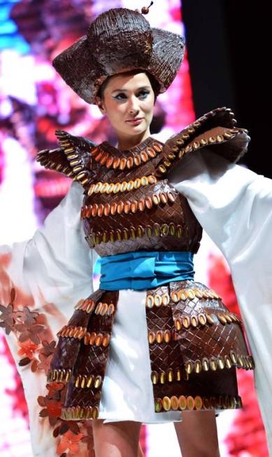 Será que alguém come os vestidos após o desfile? Na foto, a chef franco-japonesa Yoake San, com mais um modelo todo feito de chocolate MIGUEL MEDINA / AFP PHOTO / MIGUEL MEDINA