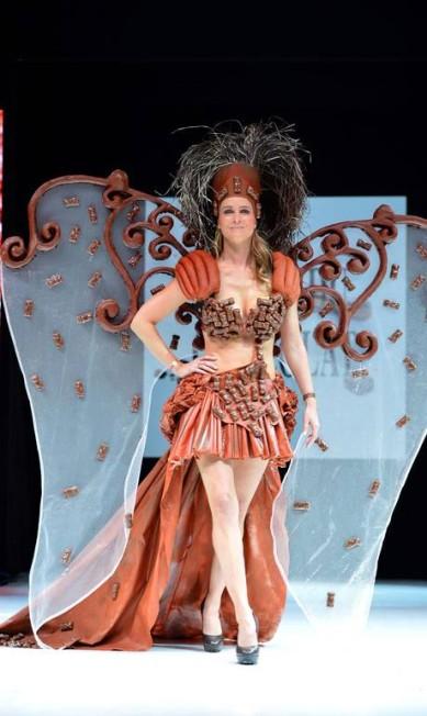 Este modelo, usado pela apresentadora de TV francesa Cecile Belin, tem a borboleta como inspiração e é mais sensual MIGUEL MEDINA / AFP PHOTO / MIGUEL MEDINA