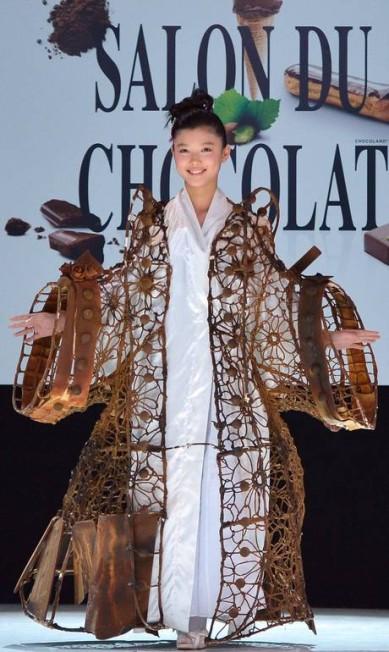 A atriz sul-coreana Kim Yoo Jung exibe um quimono todo feito de chocolate criado pelo chef francês Frederic Cassel, que tem três lojas no Japão. O modelo foi feito com a ajuda de uma estudante de moda. Os vestido comestível tem 15 quilos MIGUEL MEDINA / AFP PHOTO / MIGUEL MEDINA