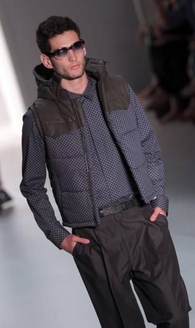 Os meninos da Colcci usaram casacos com misturas de texturas e cores, com formas que remetem aos anos 60 Eliaria Andrade / Eliária Andrade / O Globo
