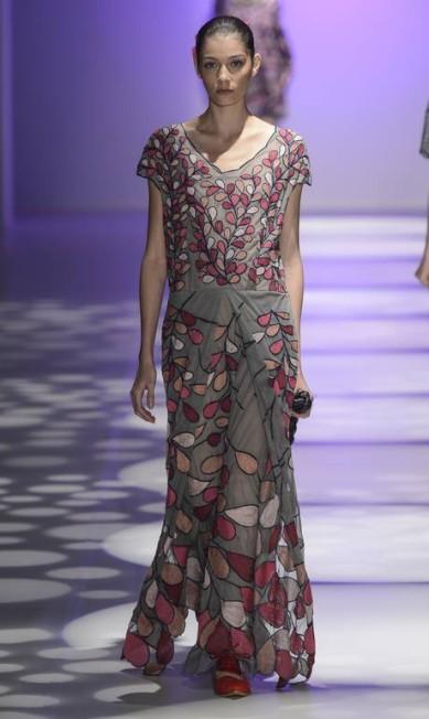 Ronaldo Fraga usou o tule e a seda para criar transparências suaves em vestidos que remetiam à desenhos e cadernos do mineiro Paulo Marques de Oliveira Divulgação
