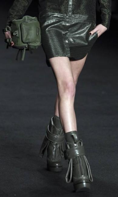 O toque militarista da coleção surgiu principalmente nas botas de couro de nas bolsas PAULO WHITAKER / REUTERS/Paulo Whitaker
