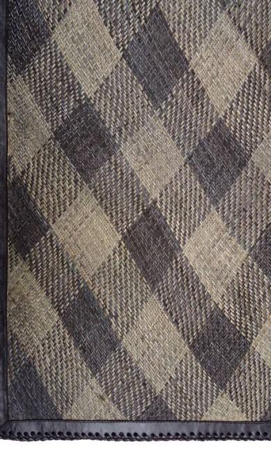 Tapete indonésio em rattan com barra em couro com 1,9mx 1,4m de O Galpão (21 2254-5400), R$ 1.320 Divulgação