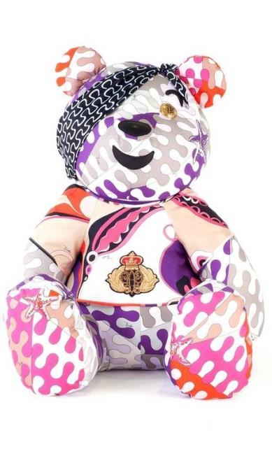 Na versão da Pucci, o urso ganha estampas coloridas, como a marca italiana bem gosta Reprodução