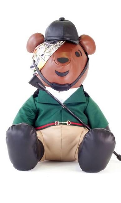 Já a Gucci buscou inspiração no universo equestre para criar sua versão do ursinho Reprodução