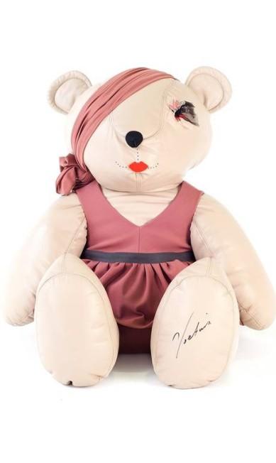 A estilista Victoria Beckham desenhou um vestido delicado para o brinquedo e apostou na boca vermelha Reprodução