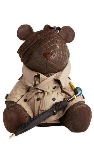 """Alexander McQueen, Prada e Victoria Beckham estão entre as 30 marcas de luxo que criaram versões estilizadas do ursinho Pudsey para o programa de caridade """"Children In Need"""". A Burberry, por exemplo, vestiu o urso com um trench-coat poderoso Reprodução"""
