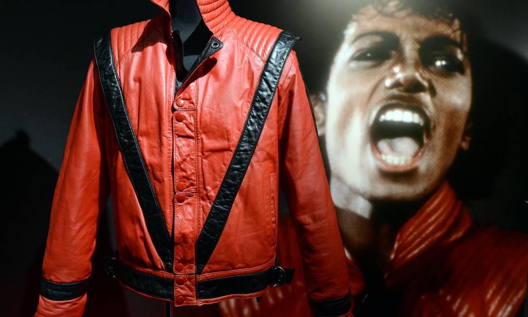 """Reconhece essa jaqueta? Ela foi usada por Michael Jackson no inesquecível clipe da música """"Thriller"""". Esta e outras peças do guarda-roupa do cantor estão expostas em Tóquio, no Japão TOSHIFUMI KITAMURA / AFP PHOTO / TOSHIFUMI KITAMURA"""