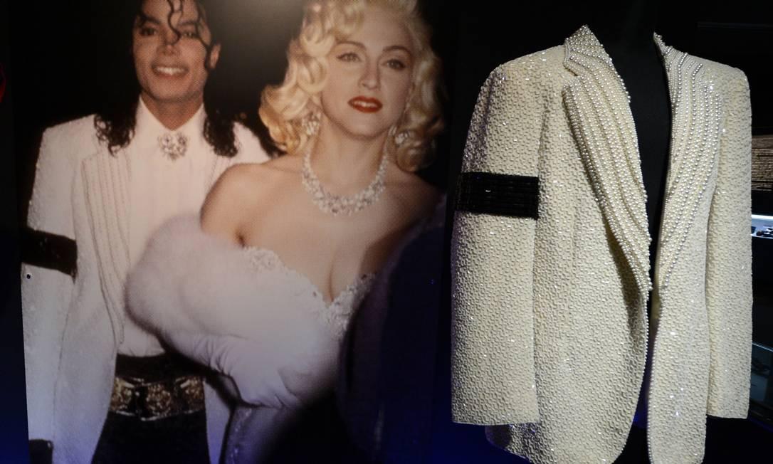 Pérolas e canutilhos compuseram o modelito escolhido por Michael para o Oscar, em 1991, quando o cantor chegou ao evento ao lado de Madonna TOSHIFUMI KITAMURA / AFP PHOTO / TOSHIFUMI KITAMURA