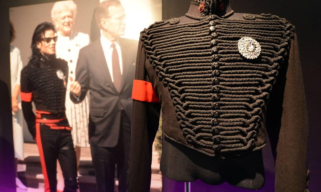 """Mais de cem peças, entre roupas e acessórios, fazem parte da mostra """"The Collection of Tompkins and Bush: Michael Jackson"""" TOSHIFUMI KITAMURA / AFP PHOTO / TOSHIFUMI KITAMURA"""