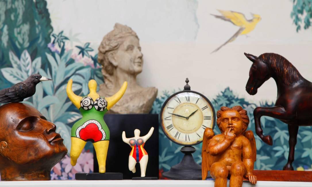 O fundo da loja tem uma pintura de Toni Minister. Peças de Maritonio esculpidas em madeira se misturam a bustos e relógios antigos e pequenas esculturas de Niki de Saint Phalle Ana Branco / Ana Branco / Agência O Globo