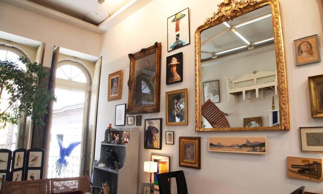 No interior da loja, mistura de estilos: quadros, reproduções de espelhos antigos e uma sofá e uma espreguiçadeira pendurados na parede Ana Branco / Ana Branco - Agência O Globo