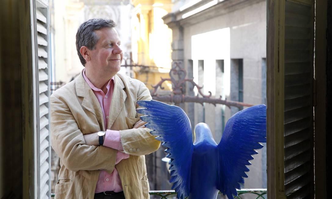 Romaric Buel na varanda ao lado da enorme arar azul escuplida por Maritônio Ana Branco / Ana Branco / Agência O Globo