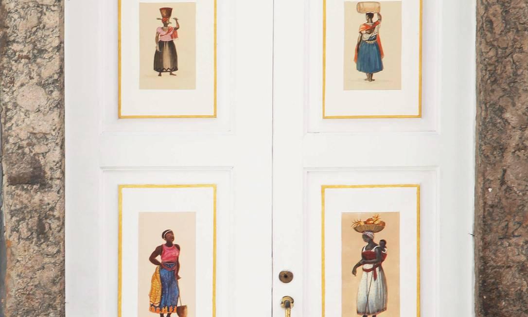 Detalhe da porta da L'Escalier, na Rua do Rosário 38, que abre no próximo dia 18. As pinturas, inspiradas em Debret, são do artista Toni Minister Ana Branco / Ana Branco - Agência O Globo