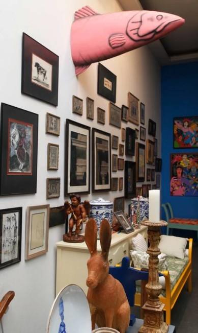 O mix de produtos da loja inclui muitas pinturas e castiçais. O peixe, que não está à venda, esteve na montagem da exposição sobre o surrealismo, que teve a curadoria de Romaric Ana Branco / Ana Branco / Agência O Globo