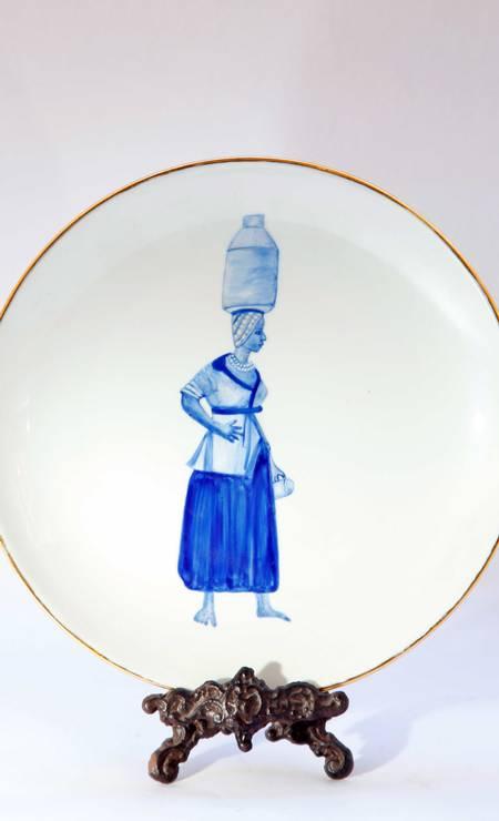 O prato é da Azulejaria, de Laura Taves, inspirado em tipos do Brasil colonial Ana Branco / Ana Branco / Agência O Globo