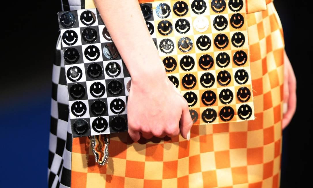 A bolsa repleta de smiles combinando com a padronagem do vestido apareceu no desfile de verão de Alexandre Herchcovitch Marcos Alves /O Globo