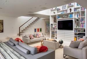 O foco da sala é a estante laqueada, feita pela construtora Lafen Foto: Divulgação