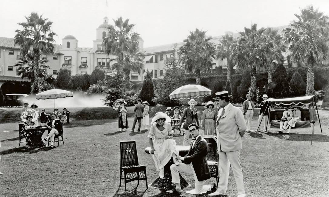 """Estrela do cinema mudo, Harold Lloyd (de joelhos) posa com seu elenco de apoio durante filmagem de """"A Sailor Made Man"""", em 1921 Foto: Cortesia do"""