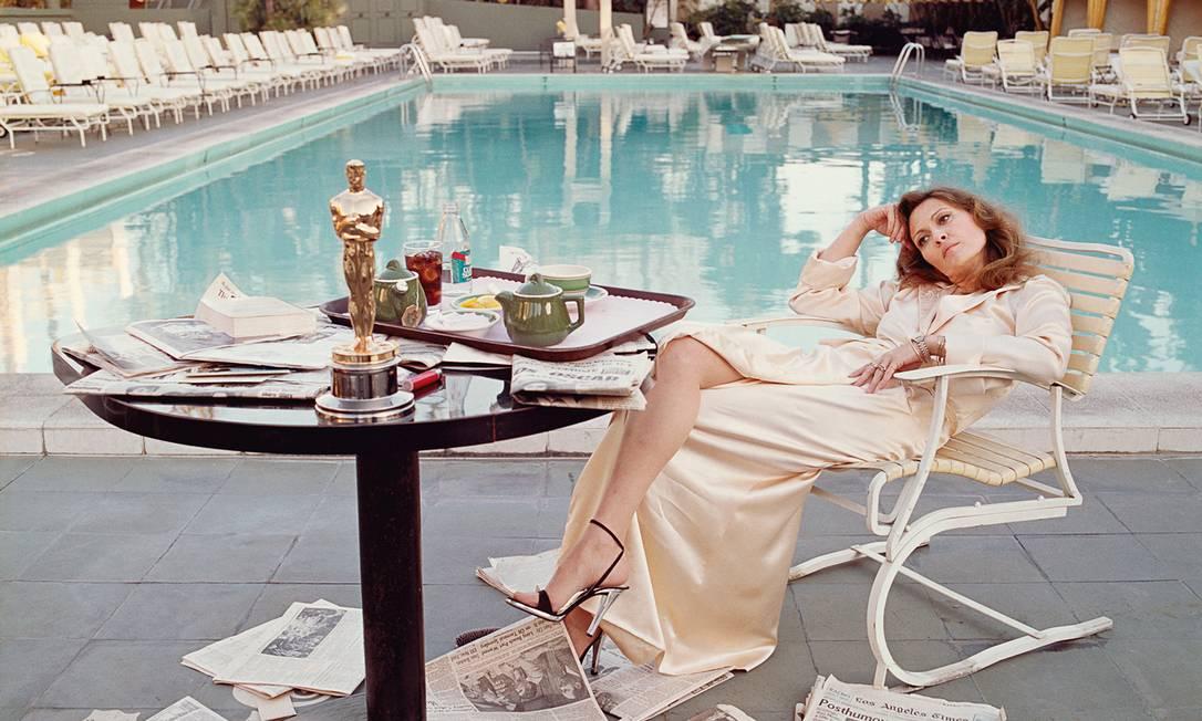 "Faye Dunaway foi fotografada na piscina ao lado de seu Oscar por ""Rede de Intrigas"" Cortesia do"