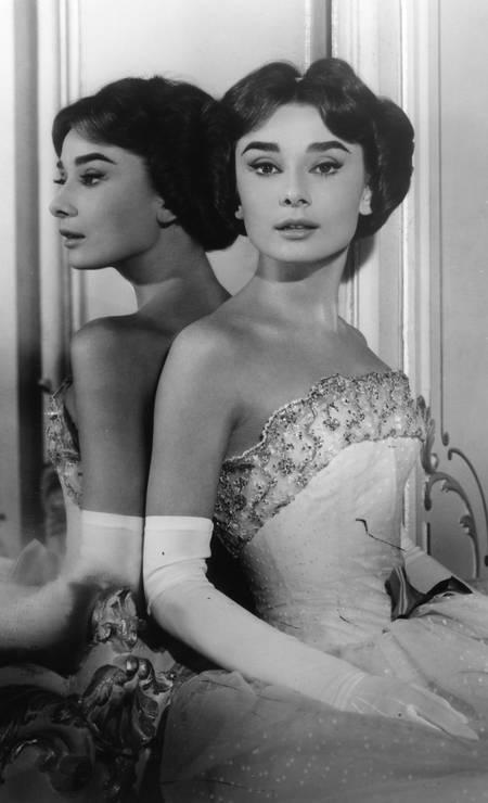 Audrey Hepburn posa em frente a um espelho do hotel em foto de 1954 Foto: Cortesia do
