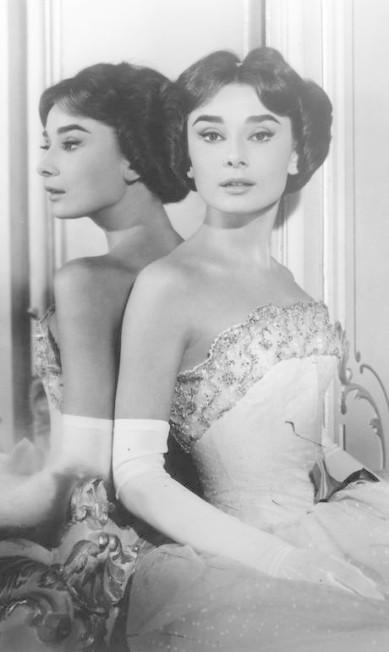 Audrey Hepburn posa em frente a um espelho do hotel em foto de 1954 Cortesia do