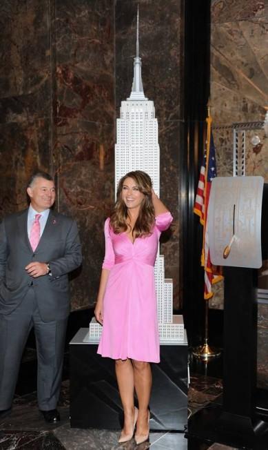 A atriz inglesa Elizabeth Hurley esteve na tarde desta segunda-feira num dos mais famosos cartões postais de Nova York, o Empire State Building, para comemorar o 20º aniversário do campanha de conscientização do câncer de mama da marca de cosméticos Estee Lauder Evan Agostini / Evan Agostini/Invision/AP