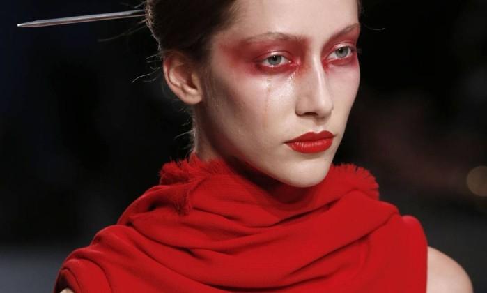 O vermelho ultrapassou os limites da região dos olhos FRANCOIS GUILLOT / AFP PHOTO/FRANCOIS GUILLOT