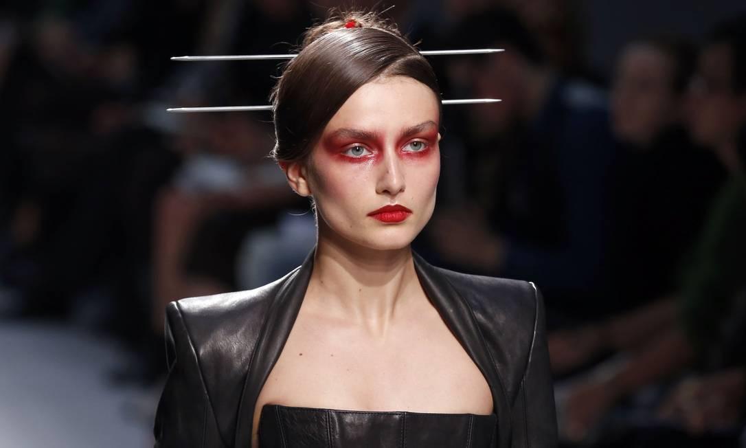 """O estilista inglês Gareth Pugh ousou na maquiagem de seu desfile verão 2013 na Semana de Moda de Paris nesta quarta-feira. Suas modelos apareceram na passarela com olhos """"ensanguentados"""". FRANCOIS GUILLOT / AFP PHOTO/FRANCOIS GUILLOT"""