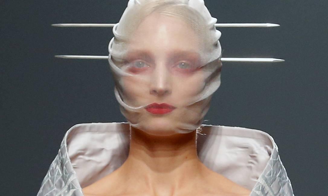 Mesmo quem desfilou com o rosto coberto não conseguiu escapar da maquiagem ousada Jacques Brinon / AP Photo/Jacques Brinon
