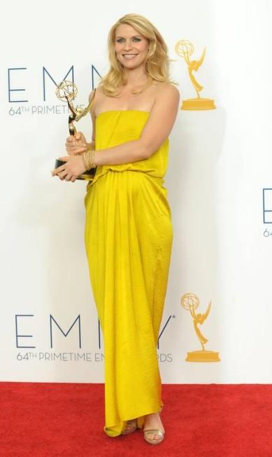 Claire Danes escolheu um modelo Lanvin amarelo para cruzar o red carpet do Emmy Jordan Strauss / AP