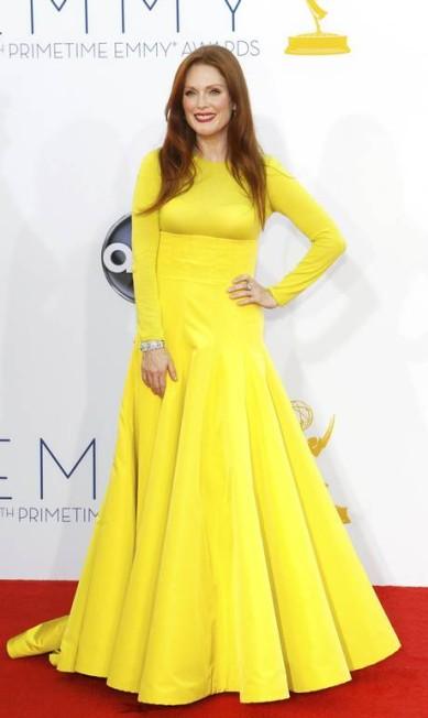 O amarelo foi a escolha de Julianne Moore para cruzar o red carpet do Emmy. O vestido é da grife Dior Couture MARIO ANZUONI / REUTERS