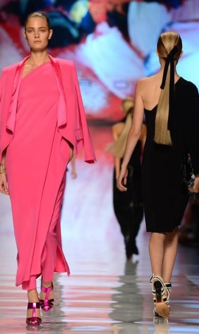 A Etro também apostou no look total rosa OLIVIER MORIN / AFP