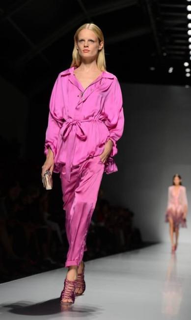 A Blumarine apostou em look total rosa OLIVIER MORIN / AFP